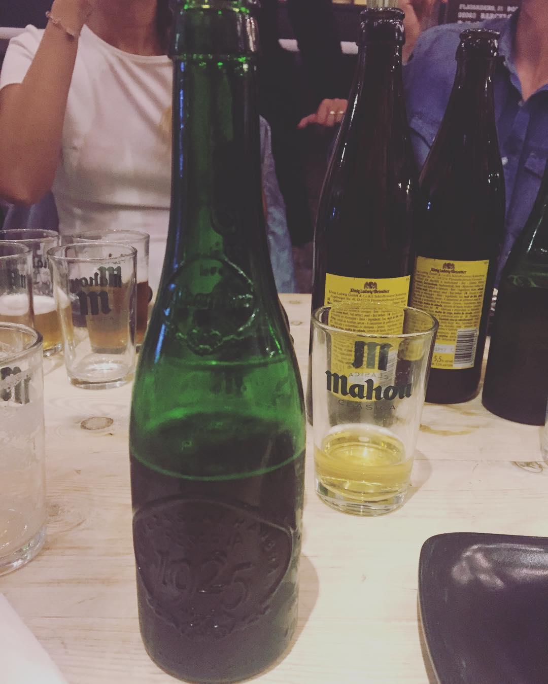 Primicia: estamos probando #cervezasalhambra @mahou_es Avisados estáis gracias al #mercatprincesaoktoberfest2016 y había una cosita sobre el #rojo que no puedo contar ;((