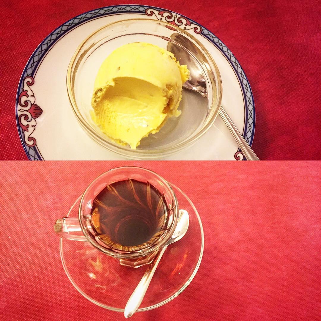 Frío + caliente, helado de agua de rosas y pistachos + té de #samovar ;))