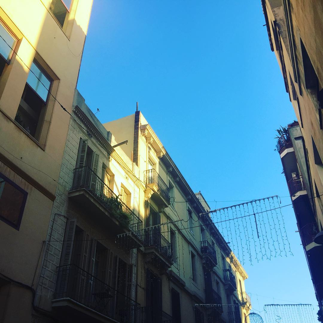 Sol y luces navideñas :)) #amillsmorning #bondia #buenosdias #goodmorning #morning #day #barcelona #barridegracia #daytime #sunrise #morn #awake #wakeup #wake #wakingup #ready #sleepy #sluggish #snooze #instagood #earlybird #algaida #photooftheday #gettingready #goingout #sunshine #instamorning #early #fresh #refreshed