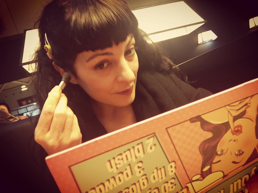 Muy concentrada, trato de maquillarme con el maravilloso kit que me ha regalado @lidiaguevara ;))
