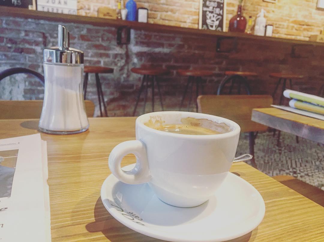 """""""Hay pecados cuya fascinación está más en el recuerdo que en su comisión"""" Oscar Wilde #coffee #addict #caffeine #yum #black #morning #bestcoffee #needcoffee #coffeeislove #coffeeislife #coffeegram #coffeelover #coffeeaddict #coffeetime #lattemug #coffeemug #onecupatatime #americano #instacoffee #expreso #amantedelcafe #instagood #coffeedate"""
