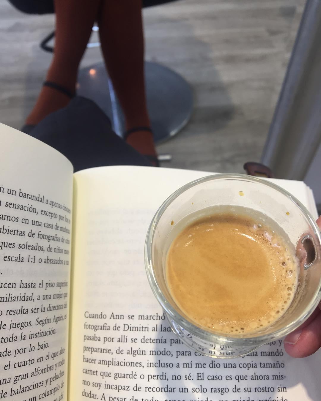 Café y libro, alegría y primavera, viernes y viernes :))