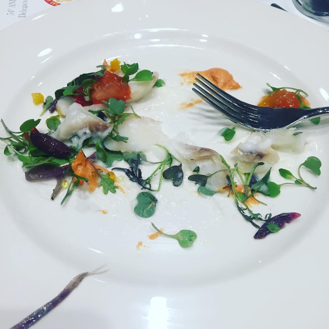 Ensalada de lomo de bacalao confitado, pil pil de su jugo, caviar de tomate, cebolla roja… una delicia :))