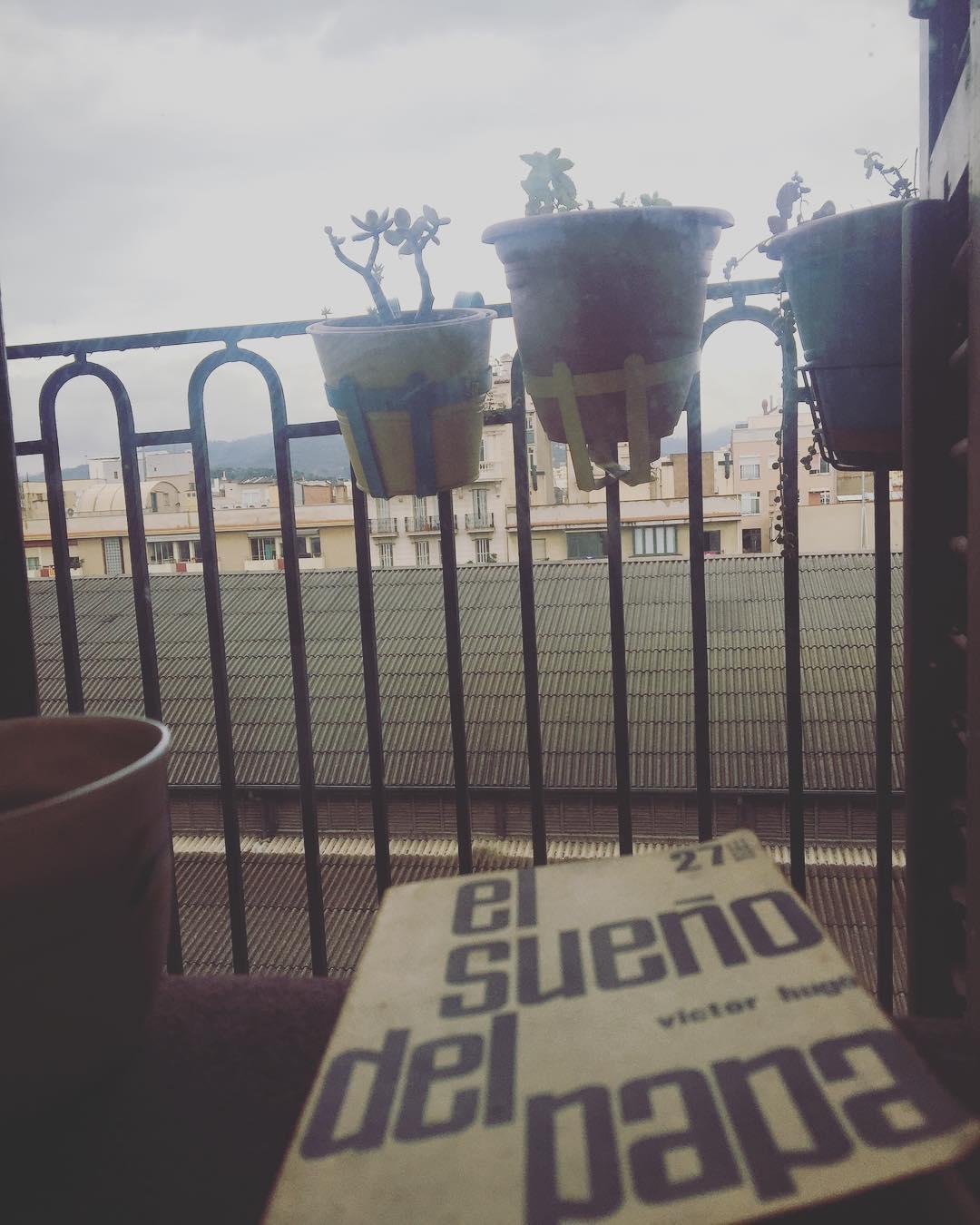 Café, lectura y manta para desayunar como si fuera otoño :)) #amillsmorning #bondia