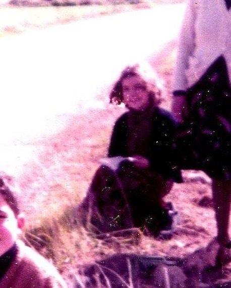 Aquí la pequeña lectora Roser, con mi querida abuela al lado: descanso del paseo campestre con libro :))