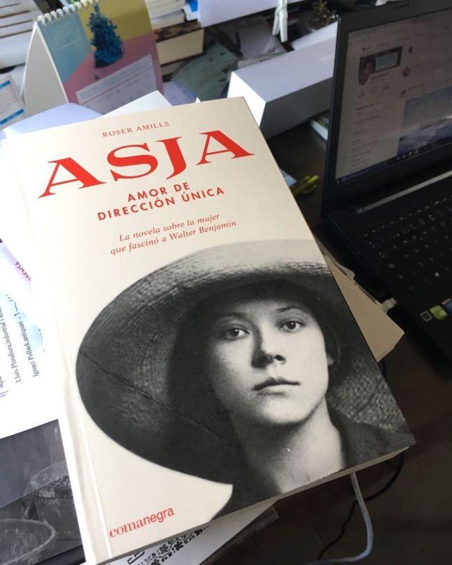 Es un honor que @martigironellg esté leyendo ya la novela sobre #asjalacis que @comanegra acaba de distribuir hoy en librerías!
