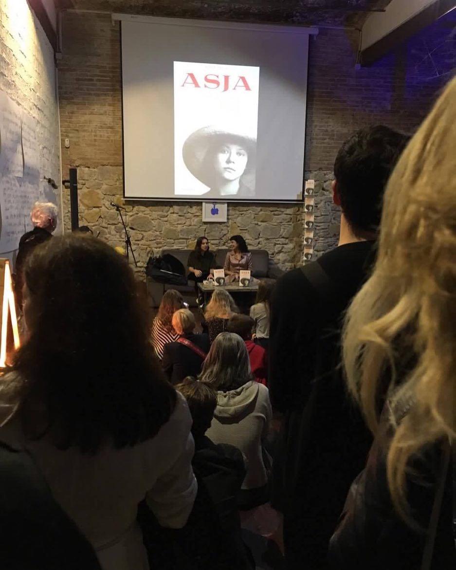 """Gracias a todos los que habéis venido a la presentación de """"Asja"""" en en día del cumpleaños de #asjalacis"""