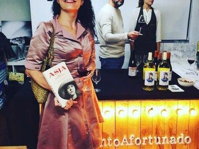 """Qué bien acompañada estuve ayer! Gracias! #Repost: #VinoAfortunado & #ElVeïnat en la presentación de la novela """"#Asja"""" de @roseramills publicada por editorial @comanegra  #ViñedosSingulares y la cultura. [el vestido que elegí es de @ottovanrhuskbcn ]"""