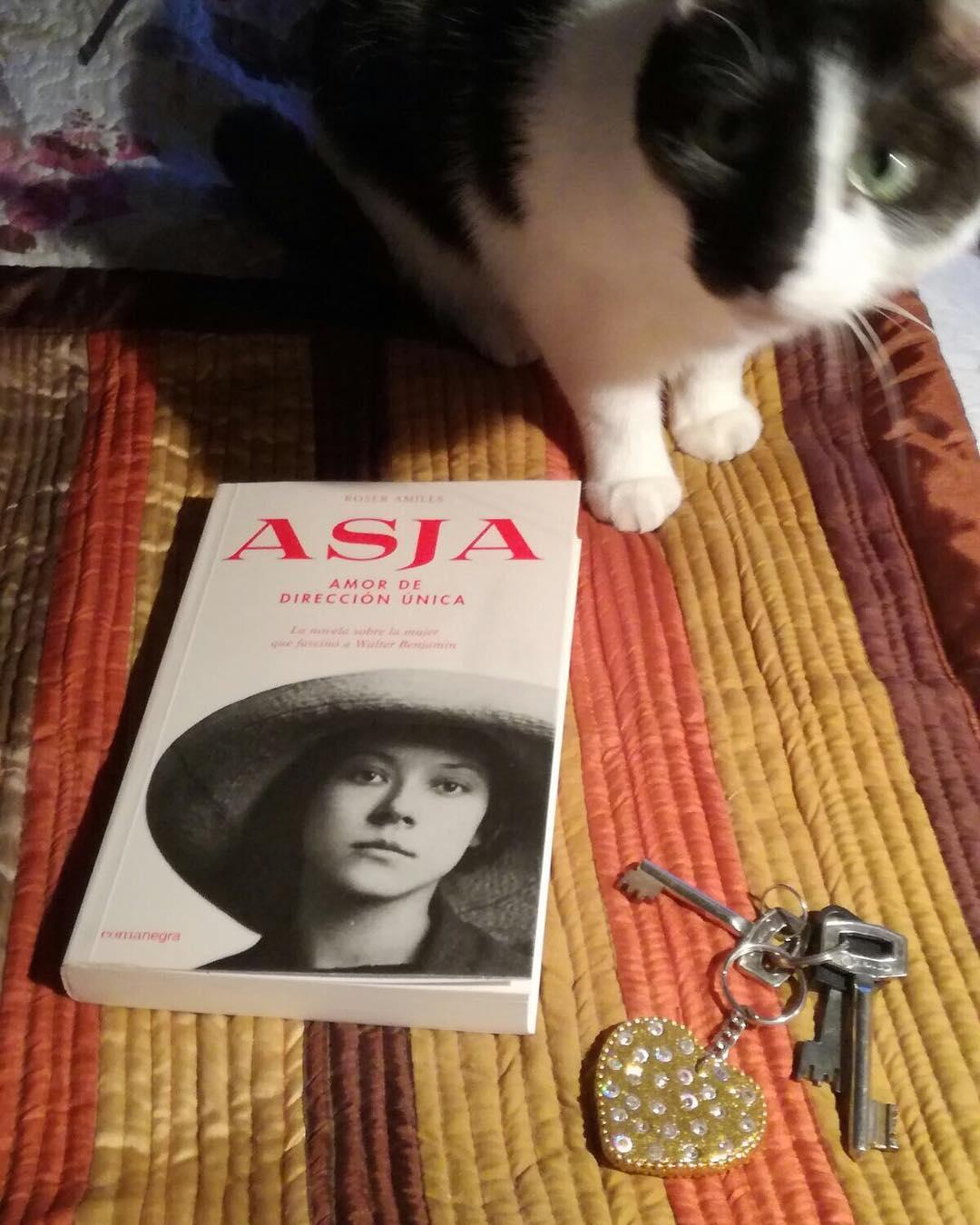 Es una alegría inmensa que Nuara López también lea mi nueva novela de #asjalacis & #walterbenjamin 💕