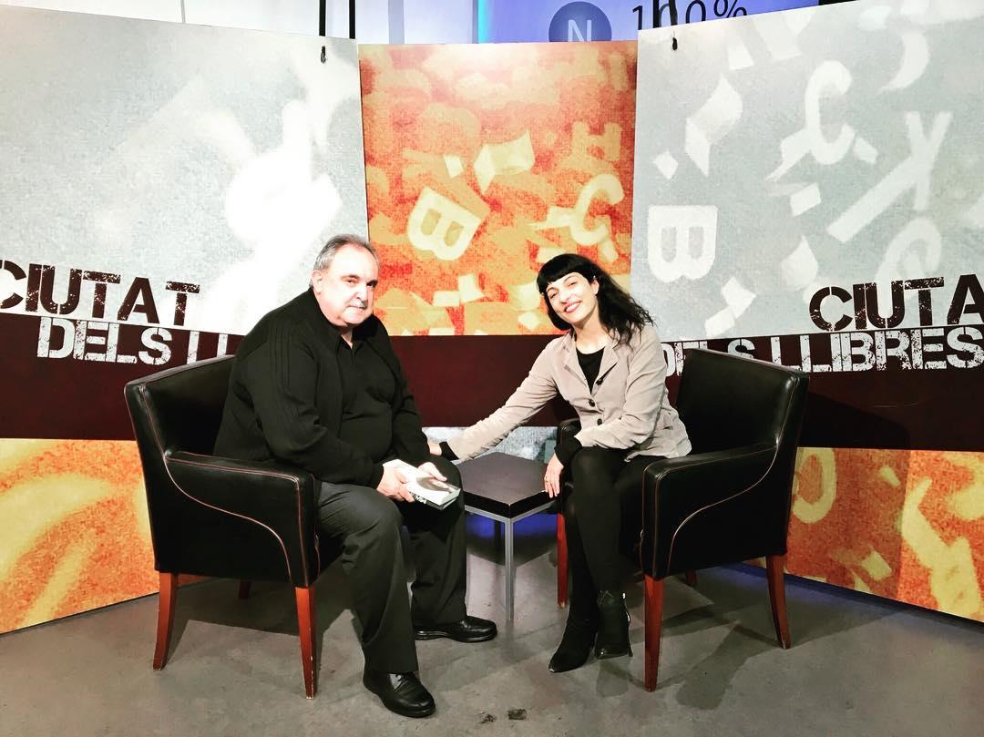 Voy a escribir un ratito con el buen recuerdo de las entrevistas de ayer para hablar de la gran #asjalacis. La conoces ya? 📚