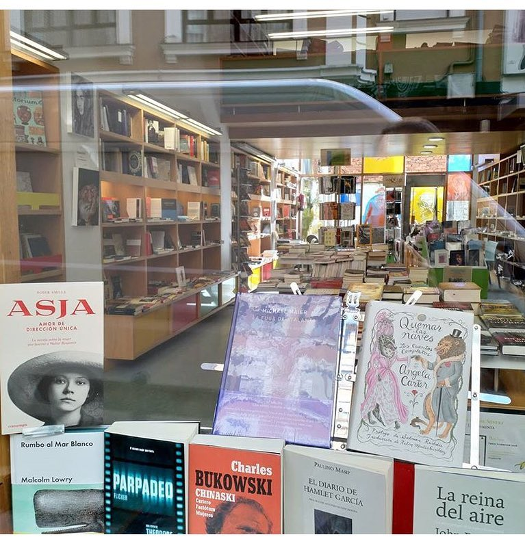 Me cuenta @joriolco que #asjalacis se ha ganado un puesto en el escaparate de D'Libros de #Torrelavega 📚