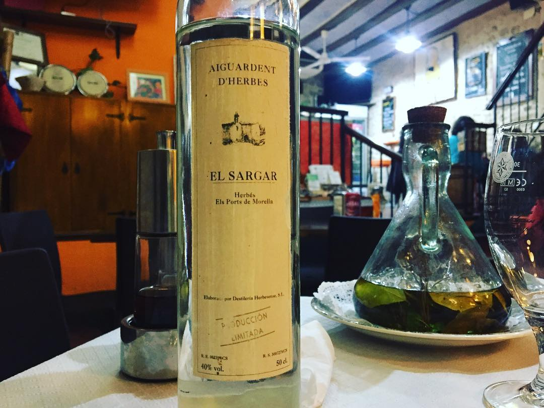 L'arrel de la #Beatamaria és capaç de créixer dintre de l'ampolla d'aiguardent. Aquí només hi ha #herbes però bones :)) #lotrulldelesraboses