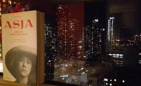 Gracias @aitaner por esta fabulosa foto!!! #Repost #Asja in the city #nyc #reading #asjalacis #book #booksworthreading #window #night #city