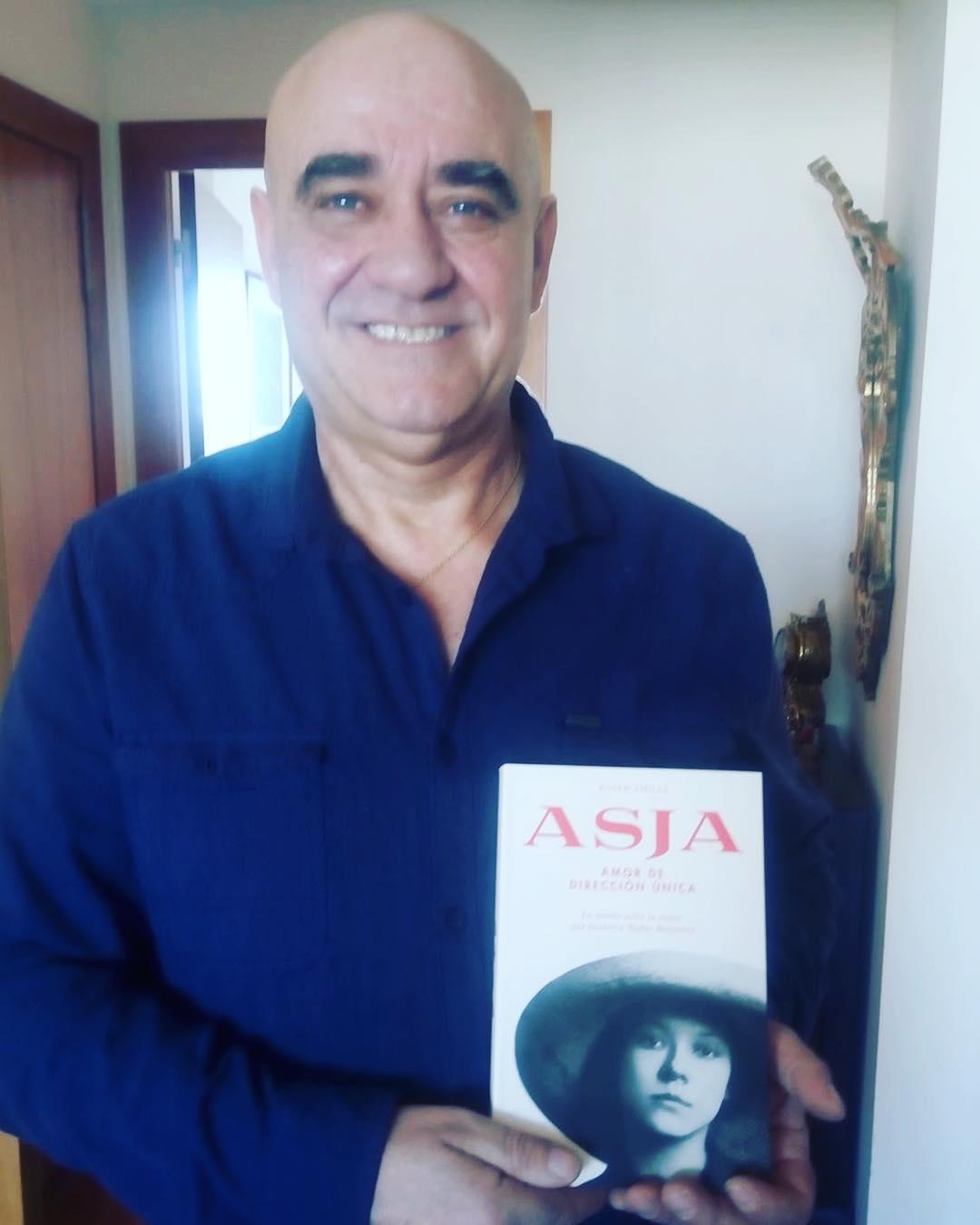Gracias, Toni Sánchez, me hace mucha ilusión esta foto, y sobre todo que hayas decidido leer la novela sobre #asjalacis