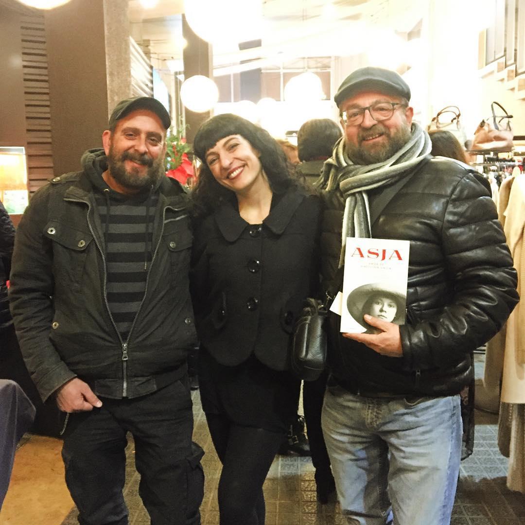 Ahir vaig desvirtualitzar en #carlesdomenech a @galleryhotelbcn ;)) 📚🌹 #AsjaLacis en #IlMercatino di #SanValentino @comanegra @stb_siamotutteblogger @angelavisco @marrateebcn #stbeventi #siamotutteblogger @llibreriajaimes #asjalacis 💕 #walterbenjamin 📚 #comanegra #mallorquina #algaida #llibres #libro #books #bookshop #libreria #llibreria #bestseller #leermola #leeressexy #lecturas #booklover #bookstagram #cultura #regalalibros #regalallibres #novela #guerramundial #revolucionrusa