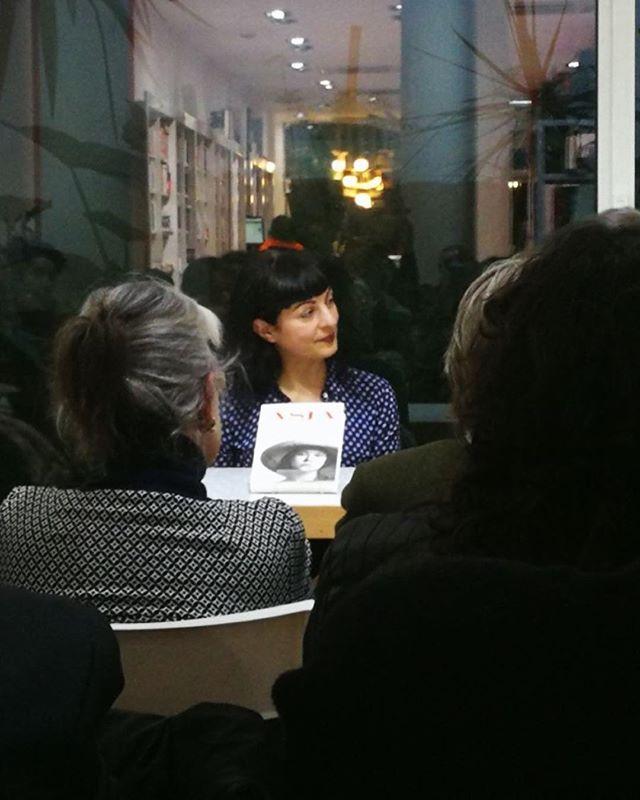 Gracias @petitdesastre por esta foto de la presentación de hoy de #asjalacis con #jeanpierrebonnel en @llibreriajaimes ;))