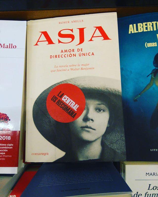 Es un honor que @lacentral_llibreria recomiende para este verano la lectura de mi novela sobre la historia de amor entre #asjalacis y #walterbenjamin 💕
