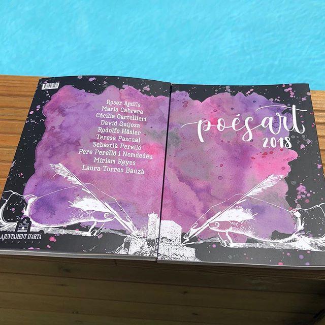 Ja tenim el llibre del #PoésArt 2018! En ell es recullen els poemes que els autors recitaran en el PoésArt de Nit i es regalà a tots els assistents! @adia_edicions @paulaginard @EscriptorsAELC @lletrescatalanes @manologalan71 @mantoniamassanet @radioarta_