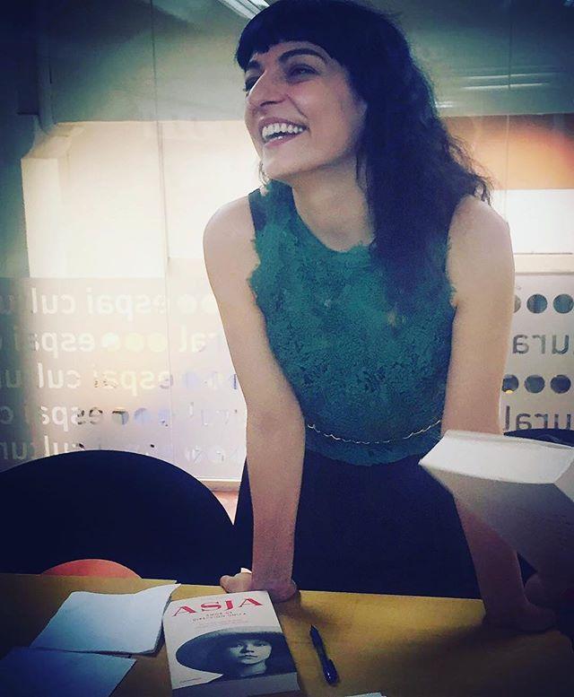 roser amills foto de @agente_k con mi última novela #Asja #asjalacis & #walterbenjamin editorial @comanegra ¡Genial! 📚📖 #librosrecomendados #books
