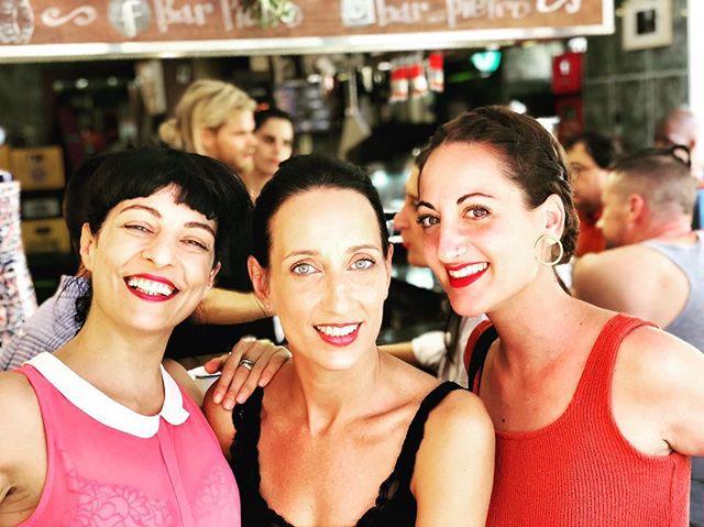 Domingo de #vermut con amigas: guapas @helencapel y @piliblanco77 en el @bar_pietro