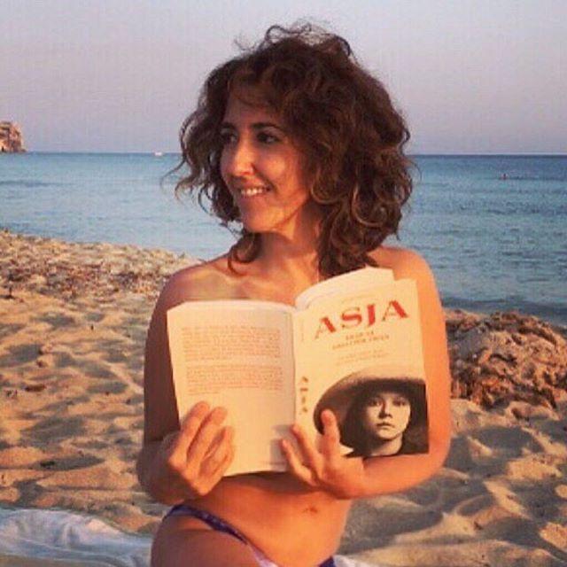 Gracias @betsyturnez !!!! #repost: De vacaciones en Menorca, Capri, Berlín y Moscú con #asja y #walterbenjamin ♥️ ****** #Asja de @roseramills ****** #libros #libro #book #books #vacaciones #holidays #goodmoments #viajes #viajar #beach #relax #relaxed #peace #love