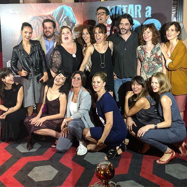 Foto de grupo #premiere de #mataradios en Barcelona! Viva @ItziarCastro (mirad qué feliz está!) y la #comedianegra + premiada del año (en cines, 21 de septiembre) #cineespañol #cinema