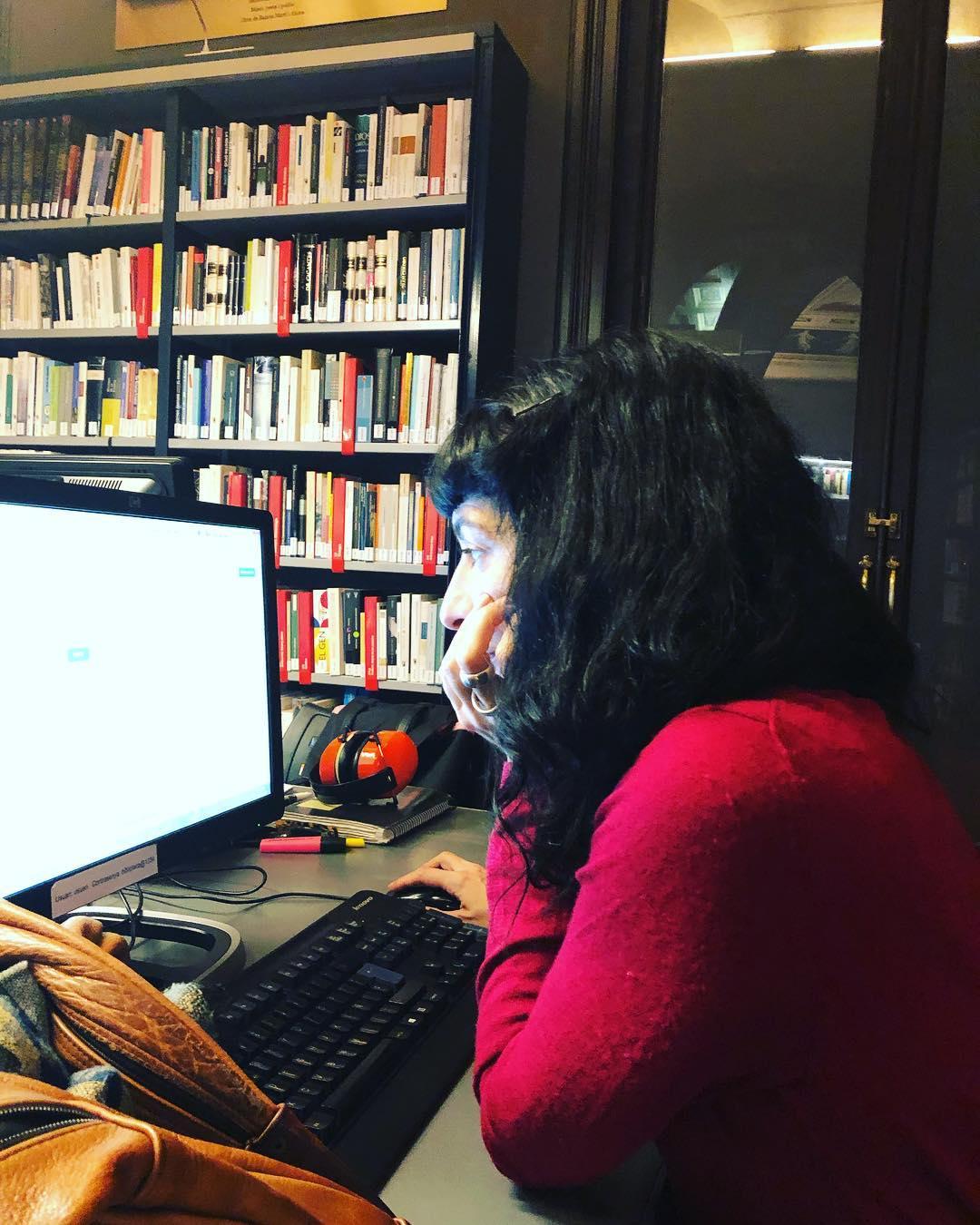 Roser Amills pillada en la biblioteca del @ateneubcn muy concentrada