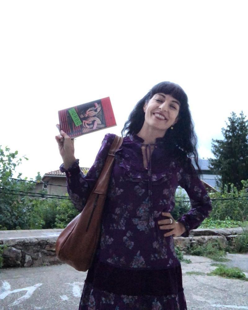 roser amills amb el llibre de poemes morbo
