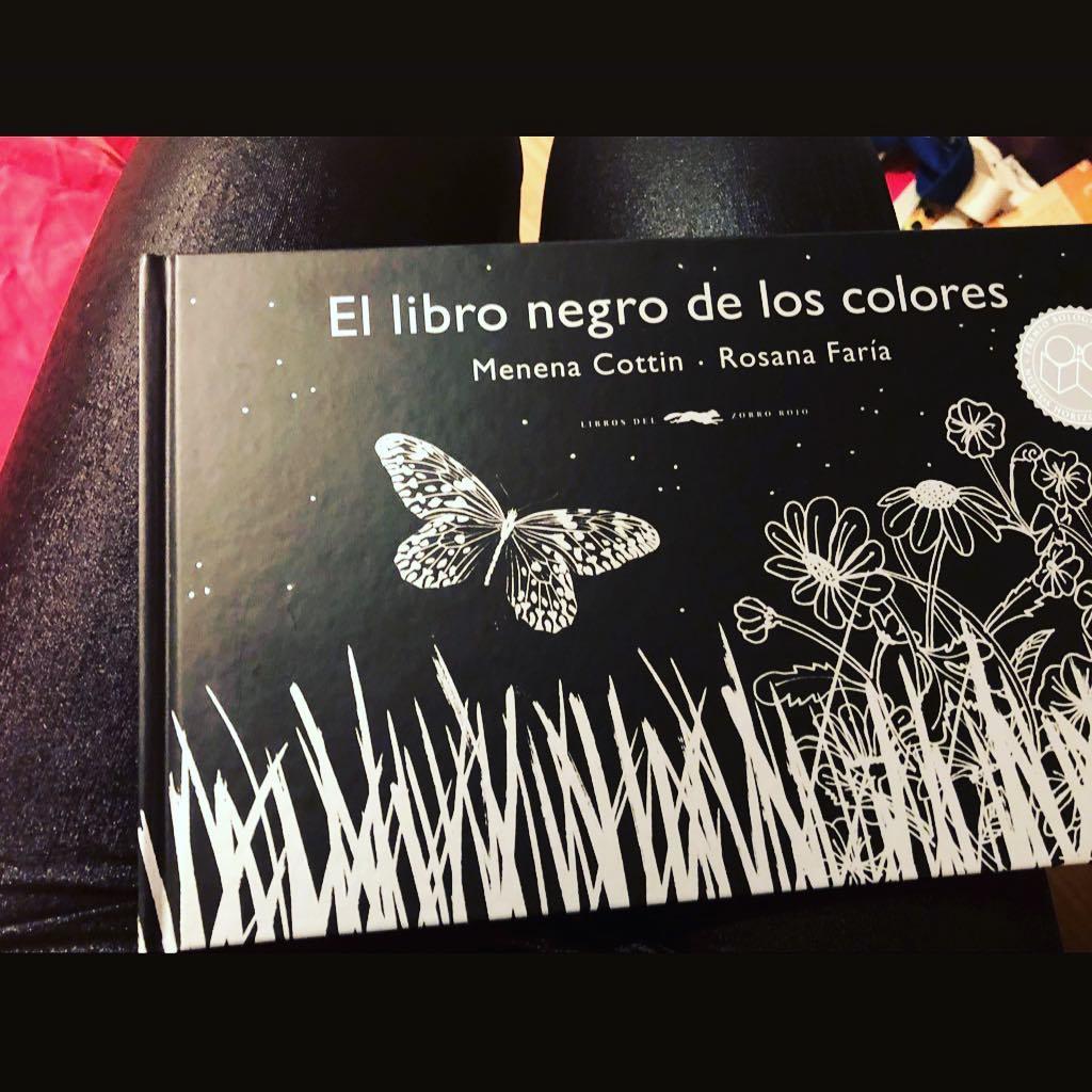 Libro recibido @rojodsign ;)) ##ellibronegrodeloscolores @menenacottin @rosanafariaarape @librosdelzorrorojo