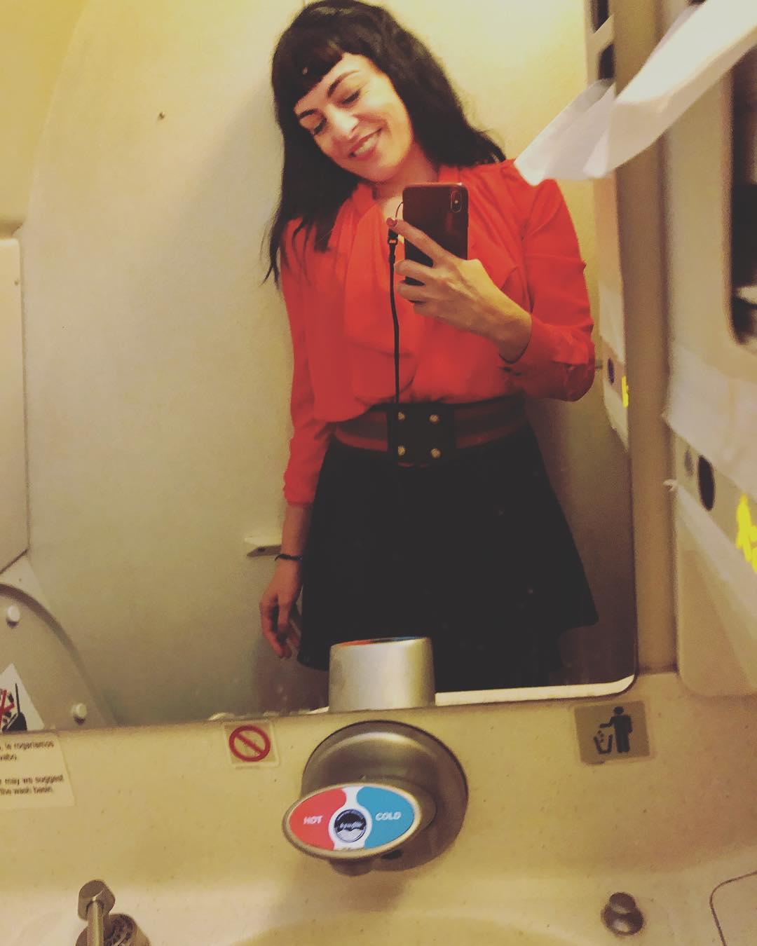 Los lavabos de los aviones son especiales :)) ✈️ ¿Sabíais que sí se pueden abrir sus puertas desde fuera?