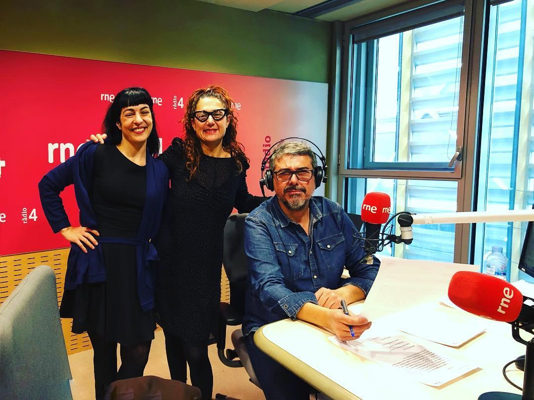 Me ha encantado re-encontrarte hoy en @radio4_rne viajerísima @elisabethgiborra impresionada con tu 📚🤪#lavueltaalmundodelizzyfogg