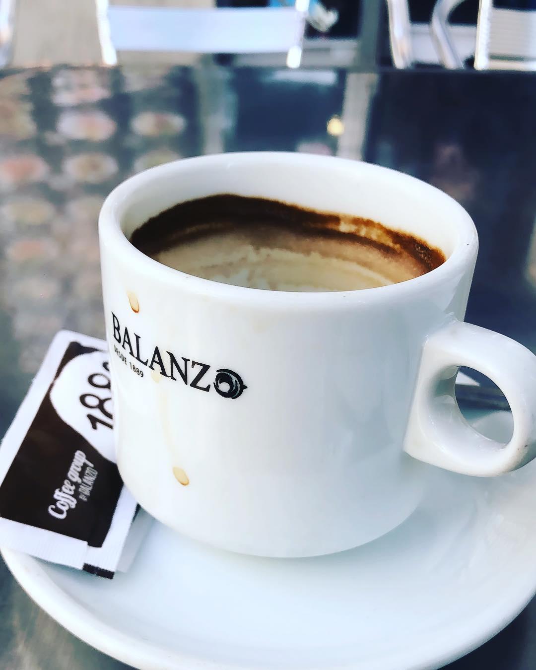 Un cafetito antes de escribir, o dos ;)) #coffee #addict #caffeine #yum #black #morning #bestcoffee #needcoffee #coffeeislove #coffeeislife #coffeegram #coffeelover #coffeeaddict #coffeetime #lattemug #coffeemug #onecupatatime #americano #instacoffee #expreso #amantedelcafe #instagood #coffeedate