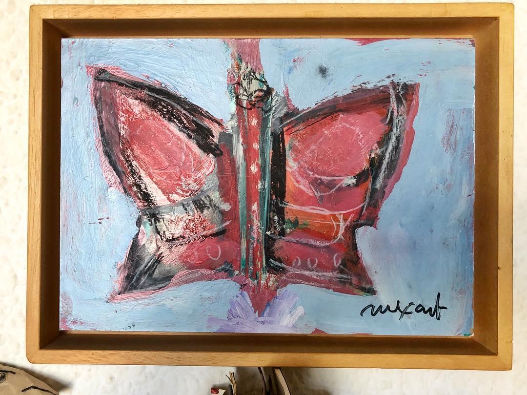 Entrevisté varias veces a Jaume Muxart en mi época de Sant Cugat (1995-2003) gracias a @canalsgaleria. Más tarde, me concedió el privilegio de algunas tardes conversando en su estudio, ahí me regaló esta mariposa que preside mi biblioteca. Descanse en paz este grandioso artista