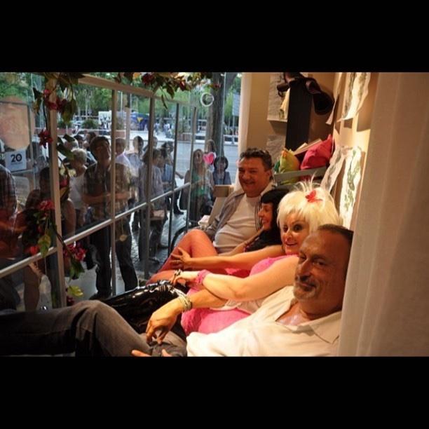 Roser Amills en el escaparate de La Mallorquina, con Guillermo Hernaiz y Aramis Fuster