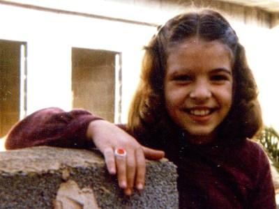 Con 7 añitos, rubia, anillo que me regaló un niño en un campamento de verano y la cicatriz en la ceja de un tumor que me extirparon. Y ya sabía que iba a ser escritora.