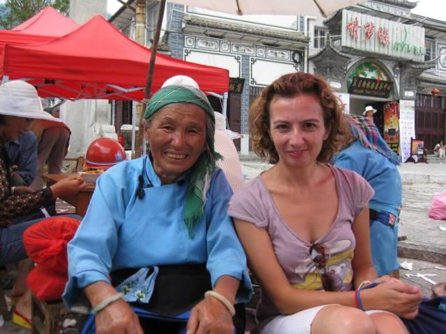 Comiendo en Dali, China. Aquí la gente es muy maja. No sé cuántas abuelitas chinas conocí...