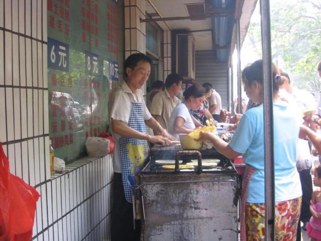 Puesto de comida en Xi'an, China. Lo mejor es comer lo mismo que comen ellos, y dejarse llevar.