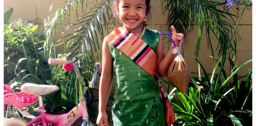 Niña laosiana con un helado en la mano
