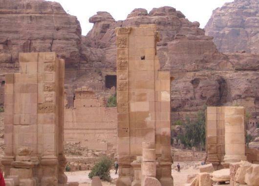 Columnas en el gran templo de Petra