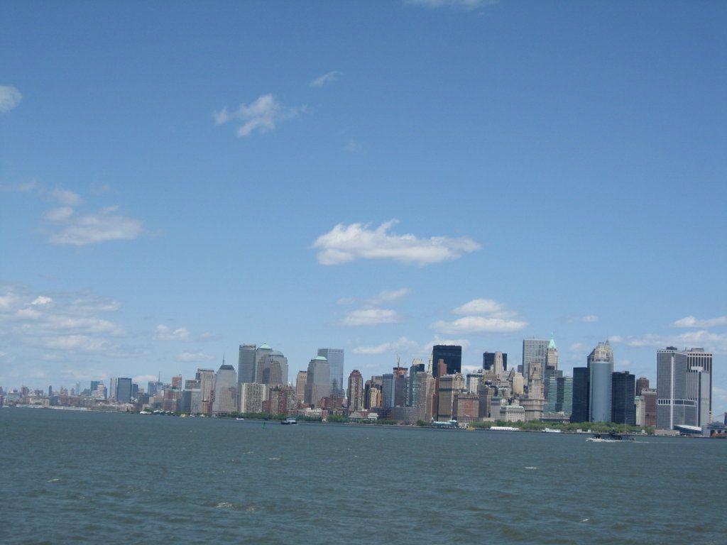 Navegando hacia la isla de Ellis y la Estatua de la Libertad.