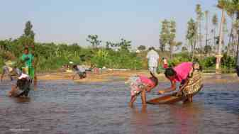 Mother and daughter washing gravels in River Ilakaka, Ilakaka. Photo: Rosey Perkins