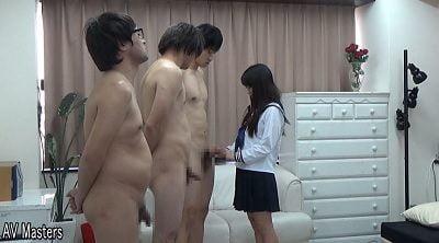 セーラー服JKの前に全裸で並ぶ男たち(キンタマいじり)