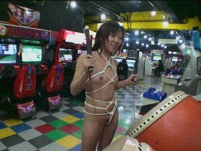ゲームセンターで全裸