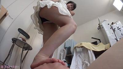 生足で顔面を踏む