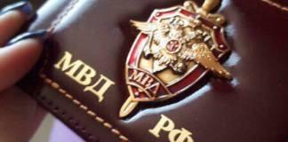 Сотрудник ДПС показал прибывшим коллегам удостоверение. Фото: Полиция России / Facebook