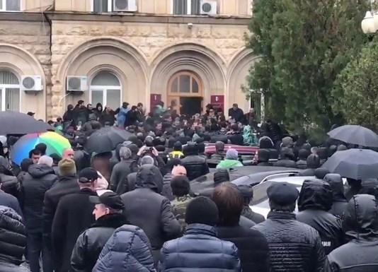 Штурм резиденции президента Абхазии. Скриншот: rusvesna