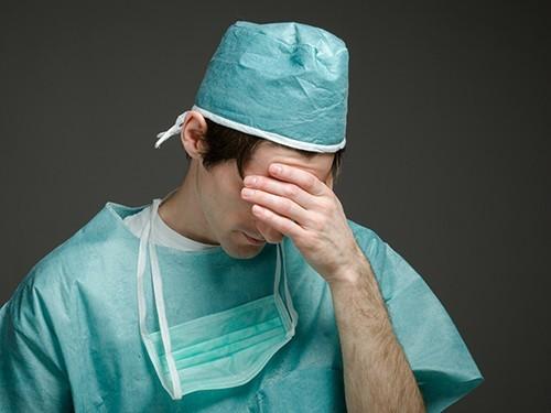 врач, врач плачет, доктор, медик, больница, клиника, лечение