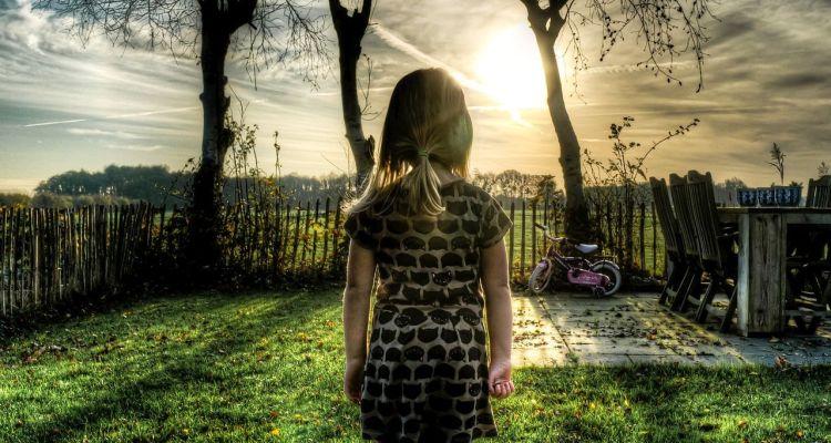 dziecko na ogrodzie