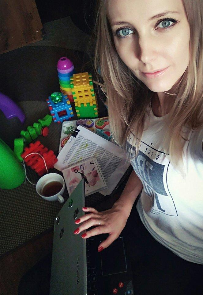 praca w domu przy małym dziecku