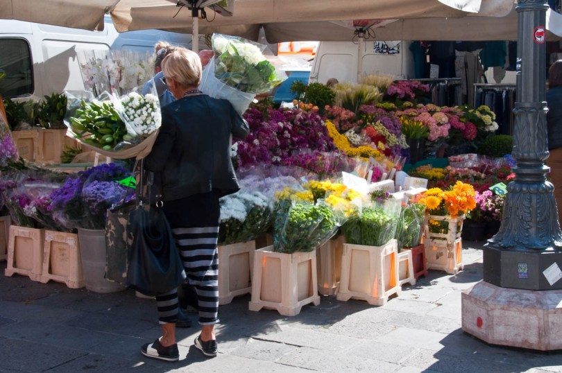 Buying flowers, The Marketplace, Piazza dei Signori, Padua, Italy - www.rossiwrites.com